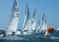 Závodní plachetnice